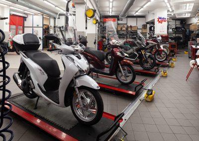 Alcuni scooter, in primo piano Honda SH