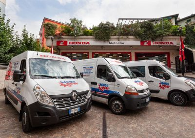 Furgoni Honda davanti all'ingresso del nostro showroom!